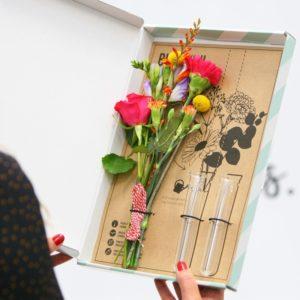 Mini vaasjes met bloemen
